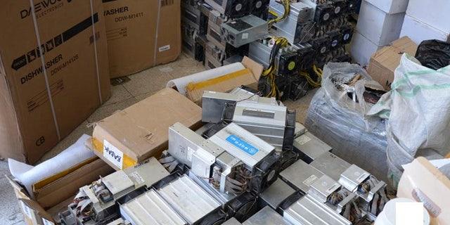 """این عکس تاریخی که توسط خبرگزاری پلیس ارائه شده است، نشان می دهد جعبه های ماشین آلات مورد استفاده در عملیات """"معدنکاری"""" بیت کوین که توسط پلیس در ناصرآباد مصادره شده اند. (News.police.ir از طریق AP)"""