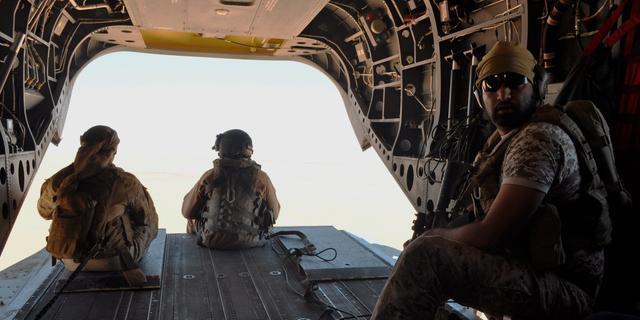 در این 14 سپتامبر 2015، عکس فایل، سربازان اماراتی از دروازه عقب یک هلیکوپتر نظامی Chinook که از عربستان سعودی به یمن سفر می کند، محافظت می کند. امارات متحده عربی تعداد نیروهای خود را در یمن کاهش داده است، اما از کشور خارج نمی شود و یکی از اعضای ائتلاف تحت رهبری سعودی در جنگ است. مقام ارشد امارات روز دوشنبه 8 ژوئیه 2019 روز دوشنبه تایید کرد.