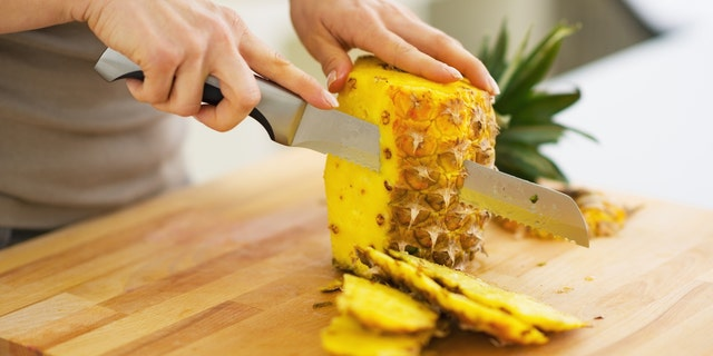 If we don't have a pineapple knife, a data-cke-saved-href=https://www.amazon.com/dp/B004U8QDZO?tag=readerwp-20 href=https://www.amazon.com/dp/B004U8QDZO?tag=readerwp-20 target=_blankyour normal chef's knife/a works only fine. Cut lengthwise until we strech a end.