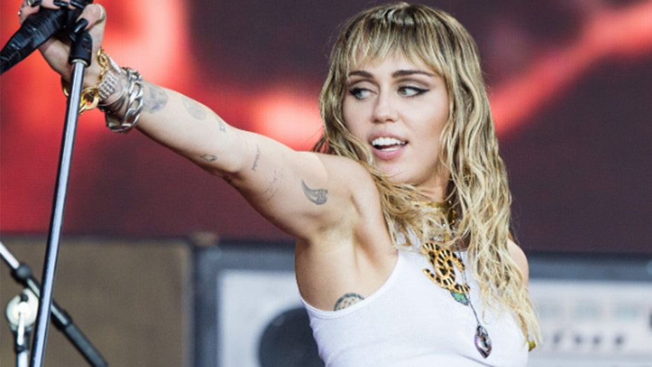 Miley Cyrus debuts new short hairstyle