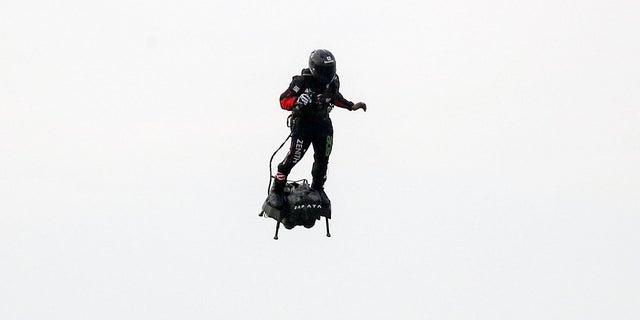 Un inventeur français survole avec succès la Manche en hoverboard