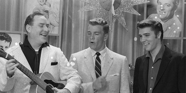 "Disc jockey Dewey Phillips, television presenter Wink Martindale and singer Elvis Presley on Wink's television show ""Teenage Dance Party"" in Memphis, Tenn., on June 16, 1956. (Photo by Silver Screen Collection/Getty Images)"