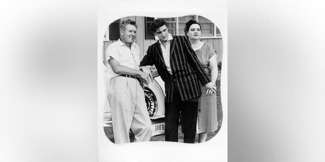 Rock and roll singer Elvis Presley poses for a portrait with his parents Vernon and Gladys Presley in circa 1956. (Photo by Michael Ochs Archives/Getty Images)