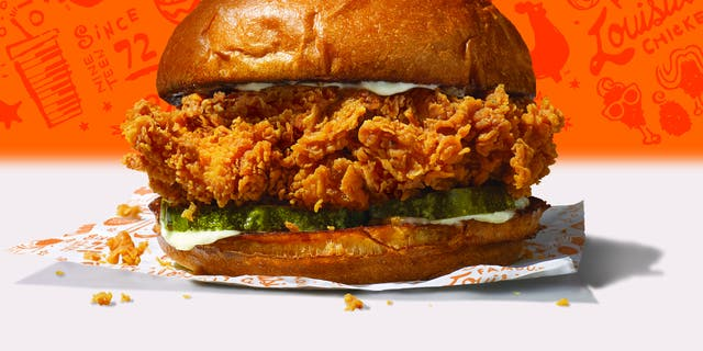 A picture of Popeyes & # 39; new chicken sandwich.