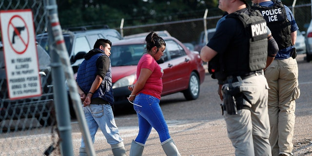 USA  immigration: ICE arrests almost  700 people in MS  raids