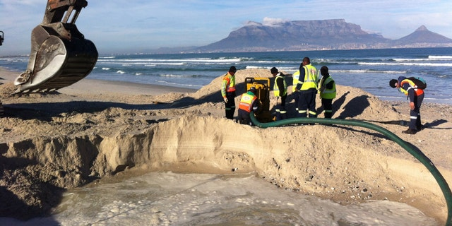 Test excavations in the search for the 'Haarlem', with Table Bay and Table Mountain in the background. (©AIMURE/Bruno Werz)