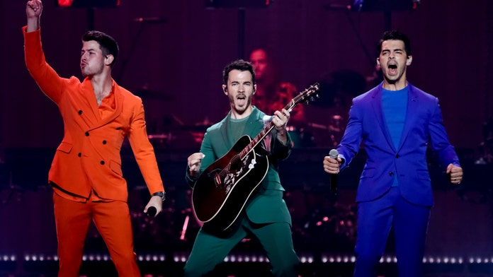 Fans keep singing after Jonas Brothers cut Toronto concert short