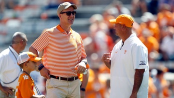 Peyton Manning surprises University of Tennessee students impacted by coronavirus outbreak