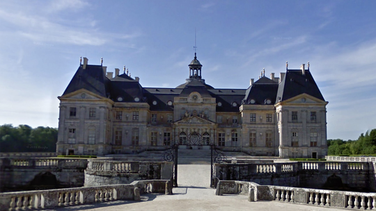 French chateau robbed of $2.2M in jewels, cash, officials say