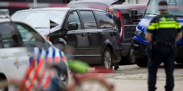 جسد وکیلی که نماینده شاهدان اصلی در یک دادگاه بزرگ جنایات سازمان یافته هلند است ، پس از قتل در آمستردام ، در آمستردام ، هلند ، چهارشنبه ، 18 سپتامبر 2019 به سرقت می رود.