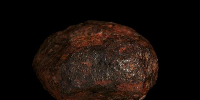 Photo of the Wedderburn meteorite. (Credit: Rodney Start, Victoria Museums)