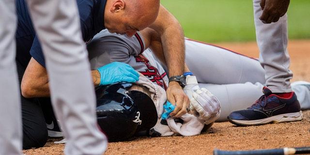在第七局中,Culberson在被球击中后掉到了地上。 (美联社照片/ Manuel Balce Ceneta)