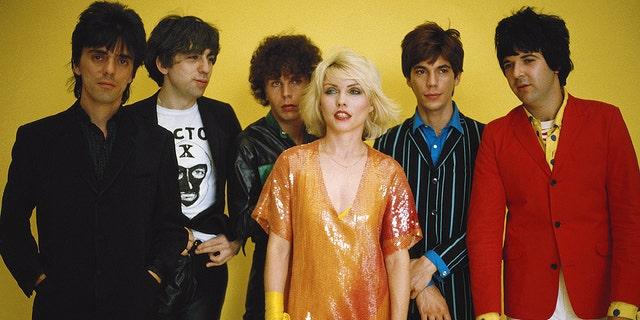 American punk rock band Blondie, 1979. From left to right, guitarist Frank Infante, guitarist Chris Stein, bass player Nigel Harrison, singer Debbie Harry, keyboard player Jimmy Destri and drummer Clem Burke.