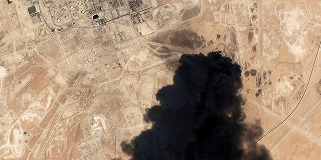 یک تصویر ماهواره ای از شرکت Planet Labs Inc نشان می دهد دود سیاهی غلیظی که از محل کارخانه پردازش نفتی Abqaiq سعودی آرامکو در Buqyaq ، عربستان سعودی در حال افزایش است ، در پی حمله آخر هفته گذشته. (AP / Planet Labs Inc)