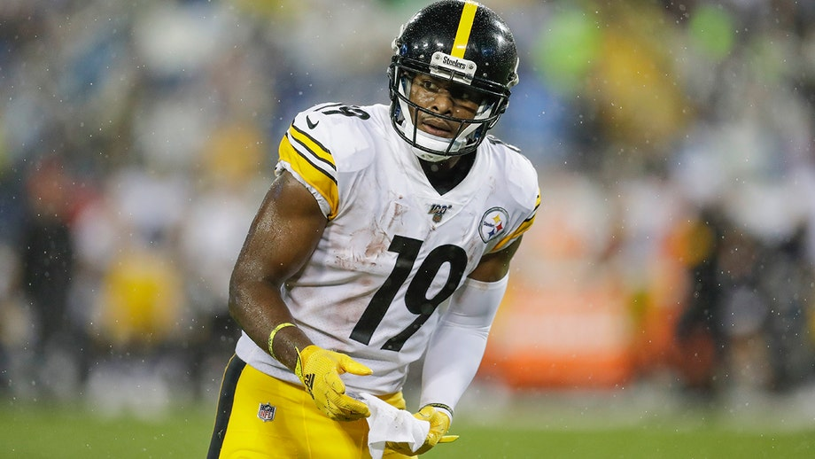 Steelers' JuJu Smith-Schuster sustains injury after slipping on penalty flag