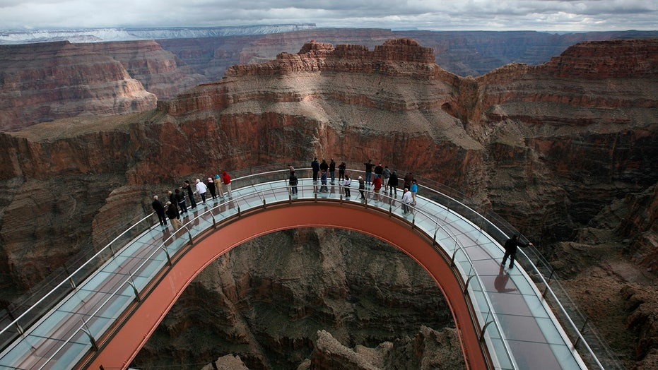 Man 28 Jumps To Death At Grand Canyon Skywalk Officials