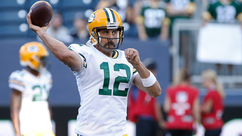 Aaron Rodgers gets caught up in wild social media day, responds in 2 twiets