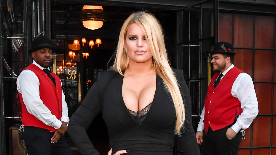 Jessica Simpson flaunts fit physique as she does yoga poolside: 'Warrior mindset'