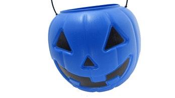 Blue Halloween buckets raise autism awareness, mom鈥檚 viral post says