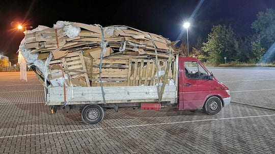 Overloaded junk truck Twitter-shamed by cops