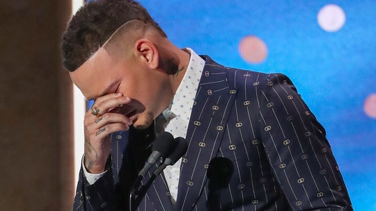 Kane Brown, in emotional CMT Artists of the Year speech, pays tribute to late drummer Kenny Dixon