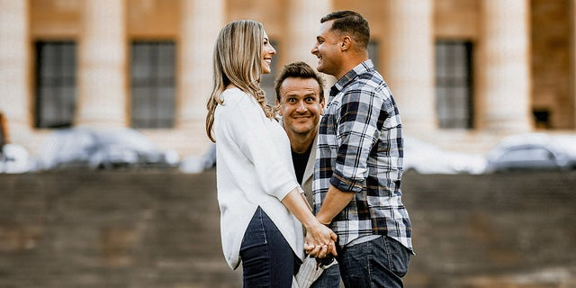 Jason Segel photobombed a couple's engagement shoot on Saturday in front of the Philadelphia Museum of Art.