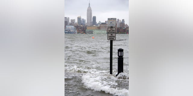 The Hudson River swells and rises over the banks of the Hoboken, N.J., waterfront as Hurricane Sandy approaches on Monday, Okt.. 29, 2012. (AP Photo/Charles Sykes)