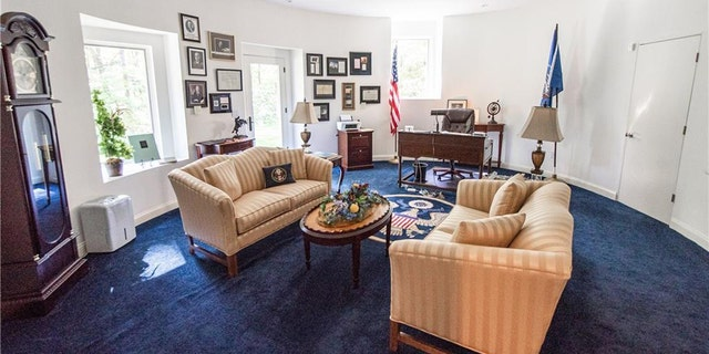 As for a Oval Office replica, a owners pronounced a designer suggested a bureau pattern and a integrate only went for it.