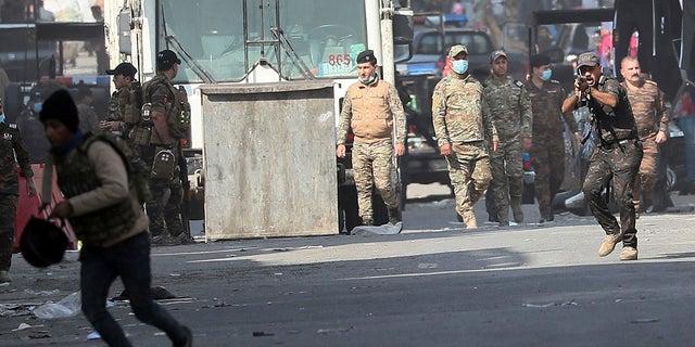 Lực lượng an ninh Iraq cố gắng giải tán những người biểu tình chống chính phủ trong các cuộc biểu tình đang diễn ra ở Baghdad, Iraq trong tuần này. (Ảnh AP / Hadi Mizban)