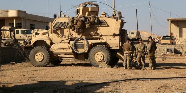 Trong ngày 23 tháng 2 năm 2017 này, hình ảnh, các binh sĩ Quân đội Hoa Kỳ đứng bên ngoài chiếc xe bọc thép của họ trên một căn cứ chung với Quân đội Iraq ở phía nam Mosul, Iraq. (Ảnh AP / Khalid Mohammed, Tệp)