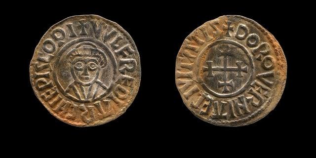 Hai thợ săn kho báu nghiệp dư người Anh, George Powell và Layton Davies đã bị cầm tù vì ăn cắp một số tiền và đồ trang sức Anglo-Saxon 1.100 năm tuổi trị giá hàng triệu đô la. Các chuyên gia nói rằng tích trữ, phần lớn vẫn còn thiếu, có thể làm sáng tỏ một giai đoạn khi người Saxon đang chiến đấu với người Viking để kiểm soát nước Anh. (Bảo tàng Anh qua AP)