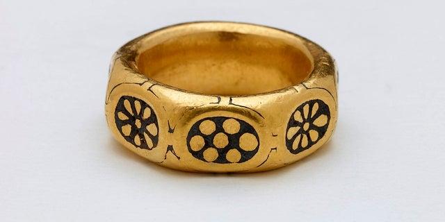Bức ảnh chụp tay không có dấu này do Bảo tàng Anh cung cấp cho thấy một chiếc nhẫn vàng từ thế kỷ thứ chín, là một phần của một tích trữ Viking trị giá hàng triệu đô la mà các nhà phát hiện kim loại George Powell và Layton Davies đã bị kết tội ăn cắp. (Bảo tàng Anh qua AP)