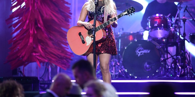 """Miranda Lambert performing 'It All Comes Out in the Wash"""" at the 2019 CMAs. (Image Group LA/ABC via Getty Images)"""