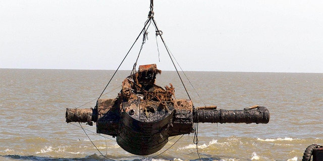 The Admiral Graf Spee's rangefinder is raised from seabed 25 February, 2004 some 4 nautical miles from the port of Montevideo, Uruguay.