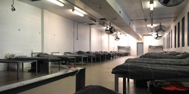 Một cái nhìn bên trong một trong hơn 30 tầng nơi những người bị giam giữ ICE ngủ tại Trung tâm sửa chữa Winn. Mỗi người ngủ 44 người.