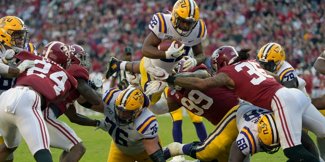 Clyde Edwards-Helaire scores for LSU in the first half of Saturday's game. (Associated Press)