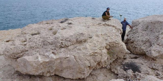 The largest of these rocks weighs about 100 metric tons, which is more than a Leopard tank. On the rock: Magdalena Rupprechter, GUtech, Oman; to the right: Gösta Hoffmann, University of Bonn. (Anne Zacke)