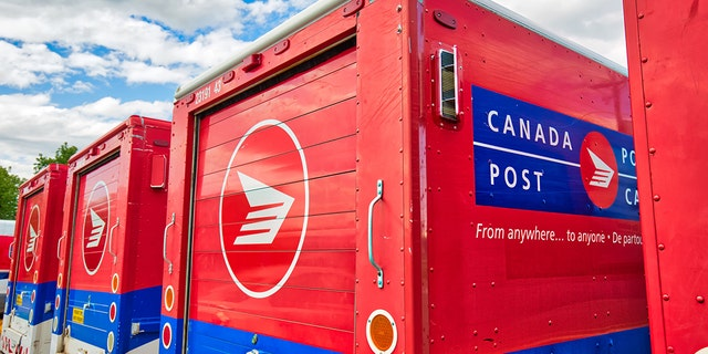 Canada Post trucks that deliver parcels and mail to local residents. (iStock)