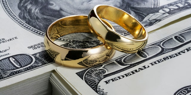 "Reddit user says their boss often talks about divorcing, but ""he has kids and no prenup, so he 'can't afford it.'"" (Photo: iStock)"