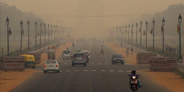 Vehicles drive through smog near India Gate in New Delhi, India, October 30, 2019. REUTERS/Anushree Fadnavis - RC1FC81478B0