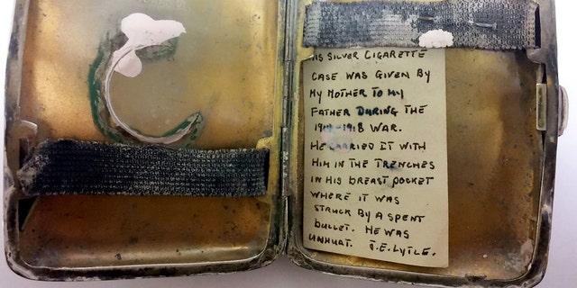 Một hộp thuốc lá bạc bị móp méo và hư hỏng, dường như đã lấy hết lực đạn, đã được khai quật bởi Hansons A Đấu giá - và một ghi chú cũ được giấu bên trong tiết lộ bí mật của nó. (Tín dụng: SWNS)