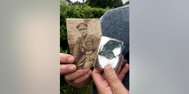 Thiếu úy William Lyussy, 22 tuổi, ở Pháp và hộp thuốc lá. (Tín dụng: SWNS)