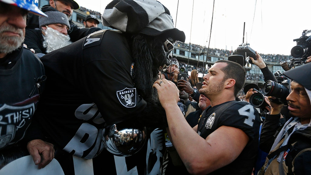 Raiders leave Oakland for final time to chorus of boos, trash