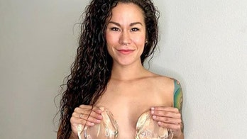 Blogger celebrates breast implant removal with warning: 'Grass isn鈥檛 always green with bigger boobs'