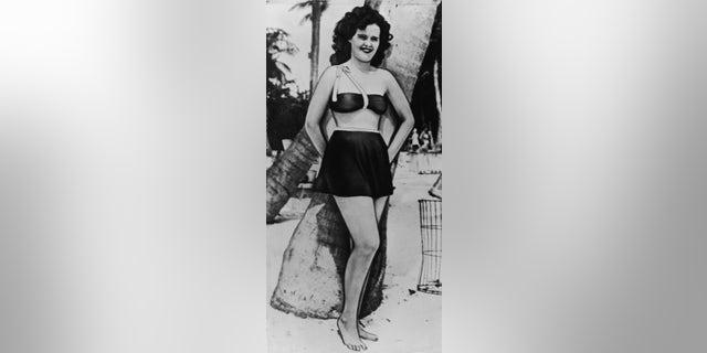 Full-length portrait of aspiring American actress and murder victim Elizabeth Short (1924 - 1947) at the beach, circa 1940s.