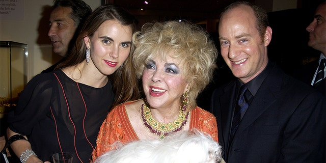 Elizabeth Taylor (center) with her granddaughter Naomi Wilding and Tim Mendelson.