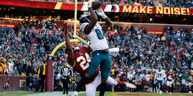 Philadelphia Eagles wide receiver Greg Ward (84) beat out Washington Redskins cornerback Josh Norman (24) to catch a touchdown pass in the second half of Sunday's game. The Eagles won 37-27. (AP Photo/Alex Brandon)