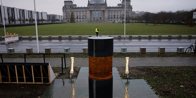 The group set up the urn in front of the German parliament building, the Reichstag, in Berlin on Monday to draw attention to the perils of far-right extremism. (Photo/Markus Schreiber)