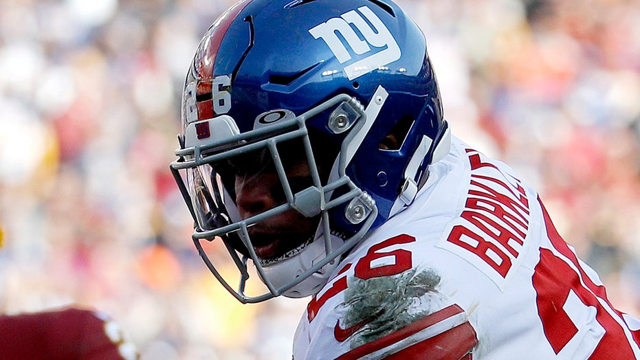 Saquon Barkley leaves Giants game after going down with apparent knee injury