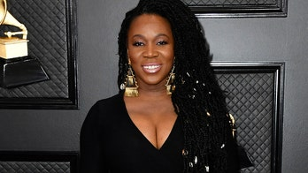 India Arie pays tribute to Kobe Bryant on the 2020 Grammys red carpet: 鈥業 cried my eyes out鈥�